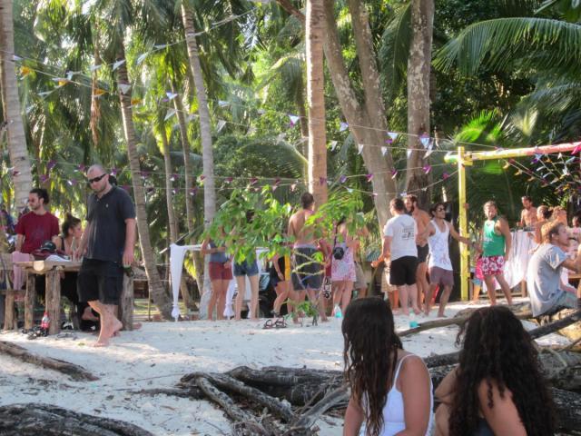 Beach party på EG kl 12-17 med fruktansvärd Techno - men det finns tydligen dom som kan dansa utan musik :-)